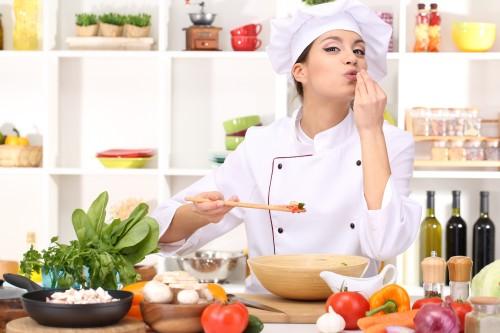 Ein Profikoch führt durch den Kochkurs und gibt jede Menge Tipps.